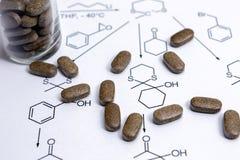 Kemireaktionsformel med bruna preventivpillerar Royaltyfri Fotografi