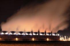 Kemisk bransch på natten Tessenderlo Flanders, Belgien, euro Royaltyfri Fotografi