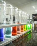 Kemisk dryckeskärlfärgflytande arkivbild