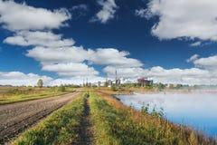 Kemisk fabrik och väg Arkivfoto