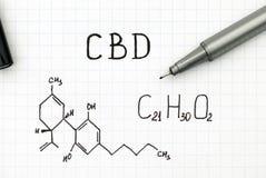 Kemisk formel av Cannabidiol CBD med den svarta pennan arkivfoton