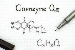 Kemisk formel av coenzymen Q10 med pennan Arkivfoto