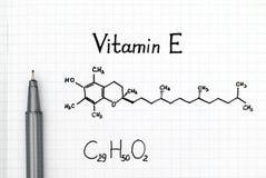 Kemisk formel av vitamin E med den svarta pennan Arkivbild