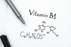 Kemisk formel av vitaminet B1 med den svarta pennan Arkivfoto