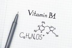 Kemisk formel av vitaminet B1 med pennan Royaltyfria Bilder