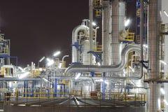 Kemisk industrianläggning i nattetid Arkivbild