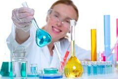 Kemisk laboratoriumforskarekvinna med den glass flaskan Royaltyfri Bild