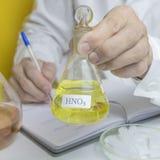Kemisk laboratoriumlivsmedelstillgång GMO ändrade genetiskt produkter i laboratoriumet En labbtekniker i ett vitt lag royaltyfria bilder