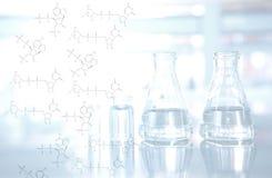 Kemisk struktur med flaska- och liten medicinflaskabakgrund i vetenskapslabb Arkivbild