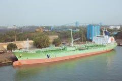 Kemisk tankfartyg som förtöjas på kajen Royaltyfria Bilder