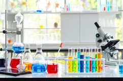 Kemisk vätskeprovrör och mikroskop i laboratorium royaltyfria foton
