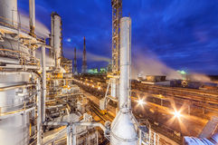 Kemisk växt för produktion av ammoniak- och gasformigt grundämnebefruktning på nattetid Royaltyfri Bild