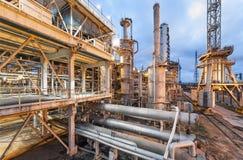 Kemisk växt för produktion av ammoniak- och gasformigt grundämnebefruktning på nattetid Royaltyfria Bilder