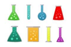 Kemiska flaskor med olika vätskefärger Royaltyfri Bild