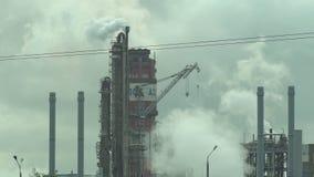 Kemiska produktionrör som stoppar till upp atmosfären mycket rök och ånga, bakgrund, bransch stock video
