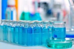 Kemiska vetenskapliga laboratoriumblåttglasflaskor Arkivfoto