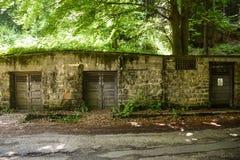 Kemiskt skjul som döljas i skogen nära forskninginstituesjukhuset med att varna det kemiska faratecknet på dörren gift royaltyfri bild