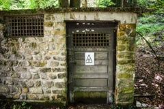 Kemiskt skjul som döljas i skogen nära forskninginstituesjukhuset med att varna det kemiska faratecknet på dörren gift arkivbilder