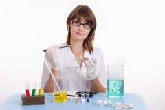 Kemist med pincett Arkivbild