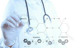 Kemistdoktorshand som drar kemiska formler arkivfoton