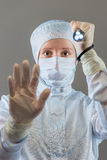 Kemisten med en ficklampa visar STOPPgesthanden Arkivbild