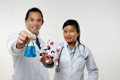 Kemisten två Fotografering för Bildbyråer