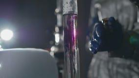 Kemister gör droger i laboratoriumet lager videofilmer