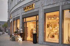 KEMPEN,德国- 2016年10月26日:零售店装饰开始给在温暖的光的Xmas做广告 免版税库存照片