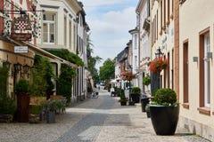 KEMPEN, DEUTSCHLAND - 13. JULI 2016: Restaurants laden Besucher im historischen Stadtzentrum ein Stockbild