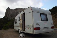 Kempin husvagnen, hus rullar på in bergen Arkivfoto