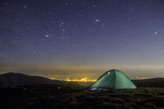 Kempingu Milky sposobu galaktyka Purpurowe nocne niebo gwiazdy nad góry Zdjęcie Royalty Free
