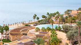 Kempinski温泉渡假胜地旅馆和死海在冬天 免版税库存照片