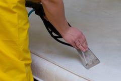 Kemtvätt av en madrass royaltyfri foto