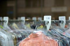 Kemtvättskjortor på hängare i kemisk lokalvård Arkivbilder