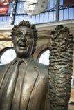 Ken Dodd Statue p? folkhopen av j?rnv?gsstationen f?r Liverpool limefruktgata, Liverpool, UK av skulpt?ren Tom Murphy 24th Juni 2 fotografering för bildbyråer