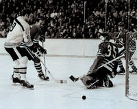 Ken Hodge Boston Bruins-Vorwärtsrochen herein auf Tony Esposito Stockfotografie