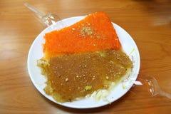 Um prato do bolo de Kenafeh (pode ser soletrado como o funefe, o kunafa, o knafeh, etc…) Imagens de Stock