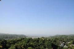 Kencho ji en cityscape van Kamakura vanaf bovenkant van berg, in Kanagawa, Japan stock afbeelding