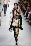 Kendall Jenner camina la pista en la demostración de Versace durante Milan Fashion Week Spring /Summer 2018 imágenes de archivo libres de regalías