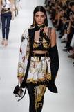 Kendall Jenner camina la pista en la demostración de Versace durante Milan Fashion Week Spring /Summer 2018 fotografía de archivo