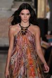 Kendall Jenner di modello cammina la pista alla manifestazione di Emilio Pucci come parte di Milan Fashion Week Fotografie Stock Libere da Diritti