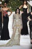 Kendall Jenner går landningsbanan på den LaPerla modeshowen arkivbild