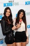 Kendall Jenner; Kylie Jenner komt bij aan   stock fotografie