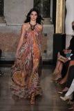 Kendall Jenner modèle marche la piste à l'exposition d'Emilio Pucci en tant que partie de Milan Fashion Week Photos libres de droits