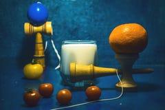 ` Kendama ` tradycyjnego japończyka zabawkarski i zdrowy jedzenie dla wieków dojrzewania żartuje pojęcie nastolatków karmowych pr fotografia stock