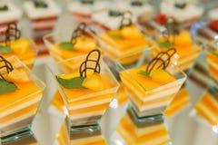 Kendi bar na dziecka ` s urodziny zasycha z jednorożec i cukierkami, ornamenty w delikatnych pastelowych brzmieniach fotografia royalty free