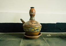Kendi como uno de cerámica tradicional hecha de la arcilla con el adorno único exhibido en el museo Pekalongan admitido foto del  Fotos de archivo