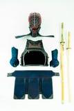 Kendo -在白色背景和设备安排和显示的Kendoka装甲,与shinai和木剑 库存图片