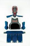 Kendo -在白色背景和设备安排和显示的Kendoka装甲 免版税库存照片