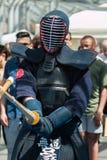 Kendo Fighter i traditionell kläder med bambusvärdet Arkivbild